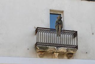 Brousse_assise attentive sur balcon